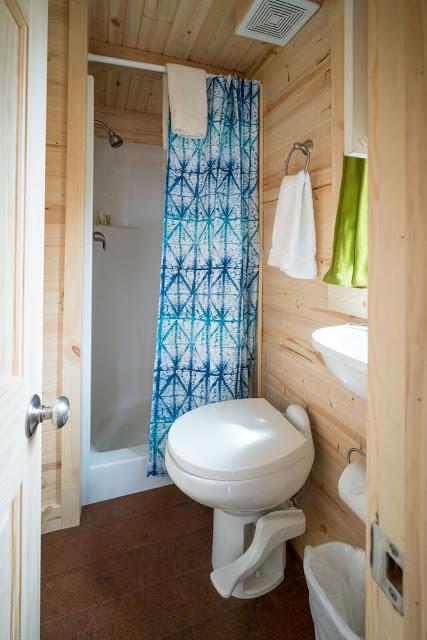 Phòng tắm nhỏ bé được bài trí khá đơn giản.