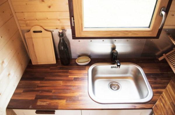 Chiếc bồn rửa được đặt ngay cạnh cửa sổ tràn ngập ánh sáng.