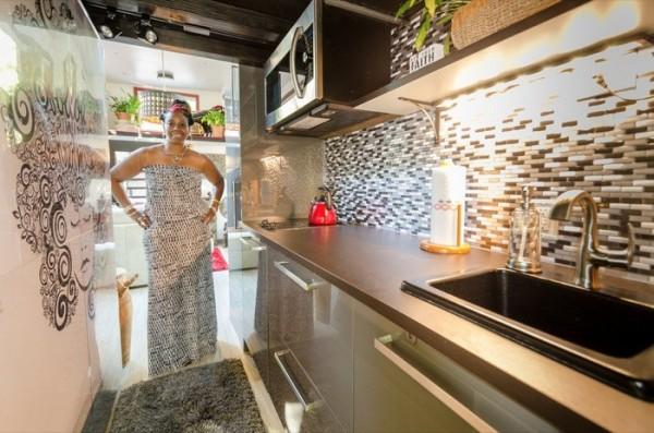 Dù nhỏ bé nhưng góc bếp nhà cô Jewel Pearson lúc nào cũng sạch sẽ, thoáng sáng và không thiếu bất kỳ thứ gì.