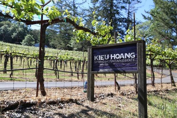 Lối vào trang trại được gắn tên tỷ phú Hoàng Kiều.