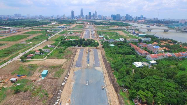 Một số tuyến đường kết nối khu Đông vẫn chậm tiến độ. Hình trên cho thấy tuyến R1 quanh Thủ Thiêm do vướng hơn 10 hộ dân chưa di dời nên không thể hoàn thành theo đúng kế hoạch.