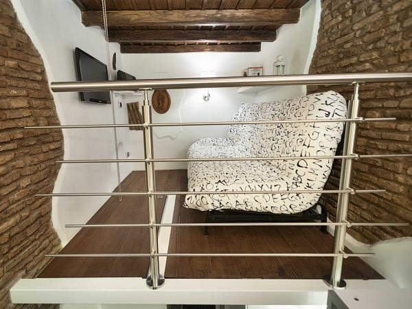 Chiếc giường đa năng có thể dễ dàng gấp đôi để làm ghế sofa, phòng ngủ nhanh chóng biến thành phòng khách.