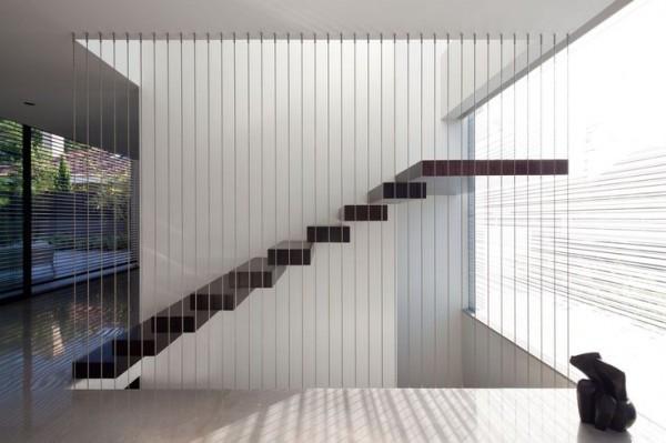 Chiếc cầu thang được thiết kế với một đầu mặt bậc ghim vào tường và một đầu được treo bằng dây cáp, với mặt bậc hở và thay thế lan can tay vịn bằng những sợi cáp sẽ mang đến sự hiện đại và sang trọng cho nhà bạn.