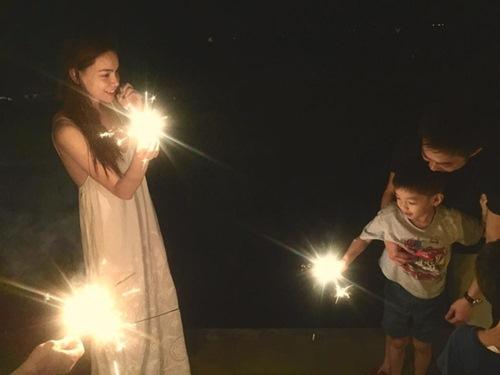 Hà Hồ ở bên, tự tay chuẩn bị bữa tiệc sinh nhật 6 tuổi cho con trai.