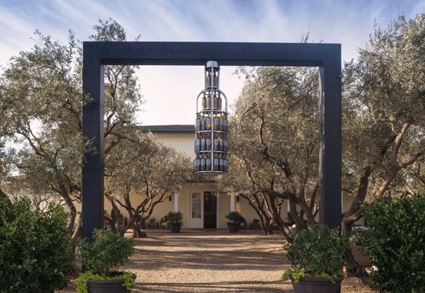 Lối vào biệt thự được được thiết kế ấn tượng.