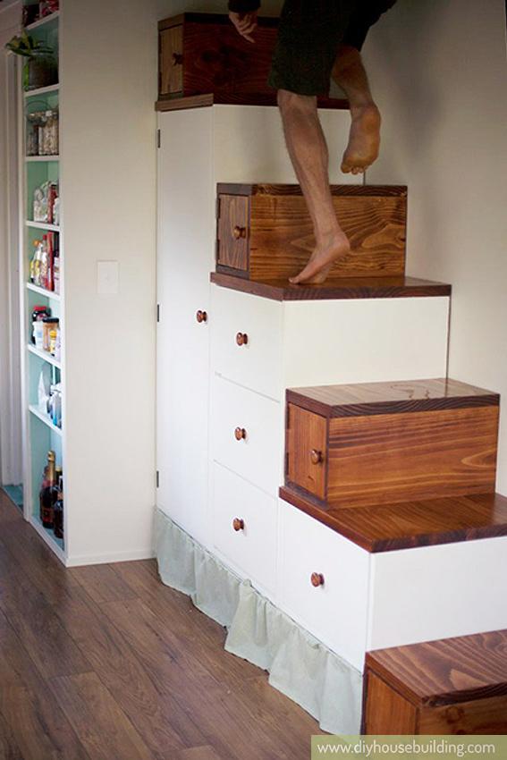 Lối dẫn lên gác xép là một cầu thang gỗ kết hợp tủ đựng đồ.