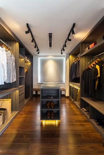 Phòng thay đồ rộng rãi với hệ thống tủ kệ thỏa mãn nhu cầu trữ quần áo và đồ dùng cá nhân cho chủ nhà.