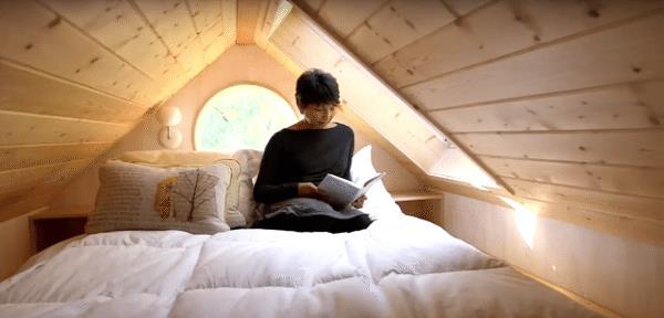 Ánh sáng từ các cửa sổ tạo nên độ rộng mở và vô cùng dễ chịu giúp chủ nhà luôn cảm thấy thoải mái trong không gian nhỏ bé này.