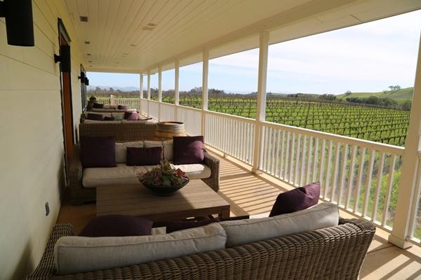 Khu ban công trên tầng 2 cũng được dùng làm không gian thư giãn yên bình nhìn ra vườn nho xanh mướt.
