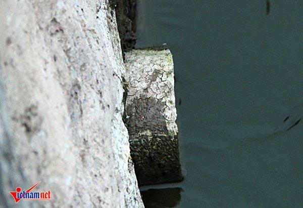 Bên cạnh những cống thải lớn, còn có những cống thải kích thước nhỏ vẫn âm ỉ xả thải trực tiếp ra hồ