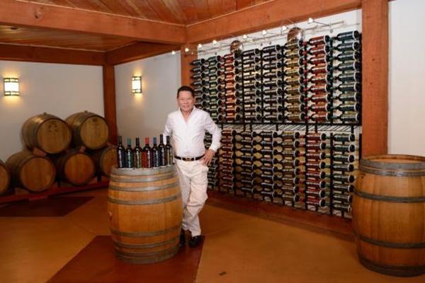 Khắp nơi trong biệt thự chỗ nào cũng trưng bày rượu vang.