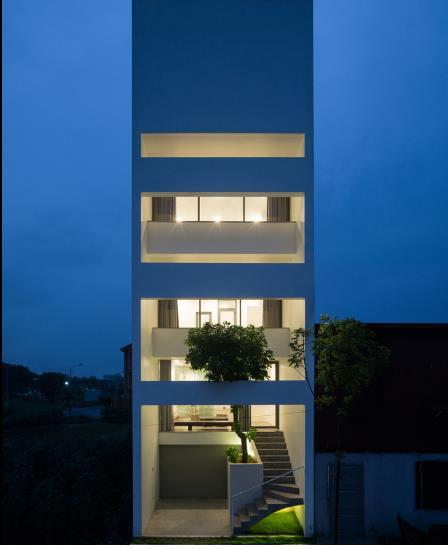 Ngôi nhà lung linh khi về đêm với ánh điện.