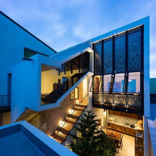 Mặc dù được cải tạo và xây mới một phần nhưng nhờ cách bố trí, xắp xếp các không gian chức năng cũng như lựa chọn nội thất khiến cả hai khối nhà trở nên hài hòa, đồng nhất.