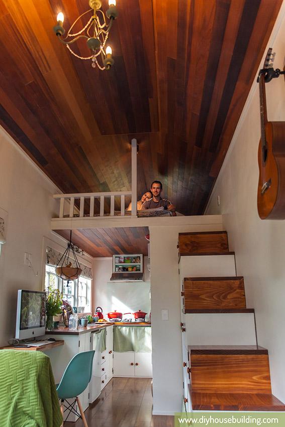 Toàn bộ khu vực sàn nhà và trần nhà đều được ốp gỗ vừa sạch lại vừa tạo không gian ấm cúng cho gia đình.