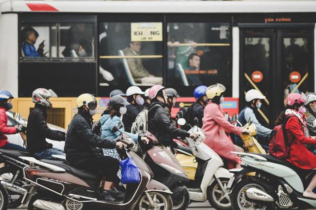 Với thực trạng giao thông tại đây, dự án buýt nhanh BRT sắp đưa vào hoạt động trên trục đường này sẽ rất khó khăn bởi tuyến Lê Văn Lương chỉ dài 1 km luôn tắc nghẽn vào giờ cao điểm.