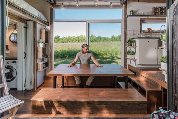 Khu vực bàn ăn đặt cạnh bếp vô cùng tiện lợi.