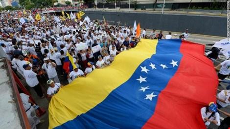 Venezuela: 1 triệu người biểu tình đòi phế truất tổng thống - Ảnh 2.