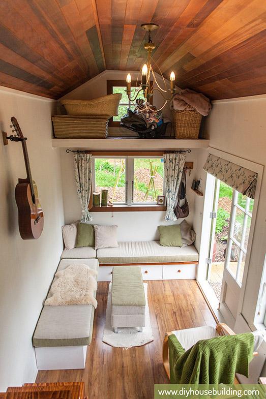 Ngay lối vào nhà là phòng khách thoáng rộng và tràn ngập ánh sáng. Nơi đây khi cần có thể dùng làm nơi ngả lưng êm ái và thoáng mát cho chủ nhà.