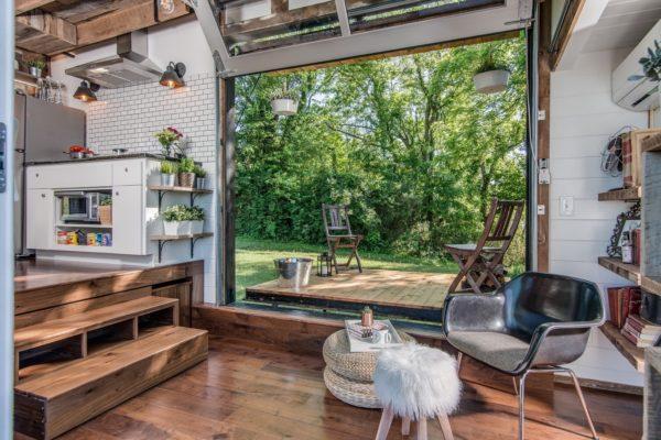 Trái ngược với những gì chúng ta nhìn thấy bên ngoài, bên trong ngôi nhà nhỏ là một không gian thoáng đãng, yên bình hệt như một bức tranh phong cảnh.