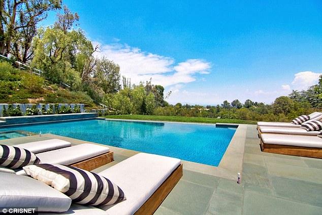 Bể bơi trong ngôi biệt thự mới của Kylie.