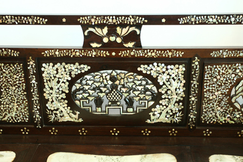 Hai mặt thành giường được chạm khảm với nhiều chi tiết hoa, lá.