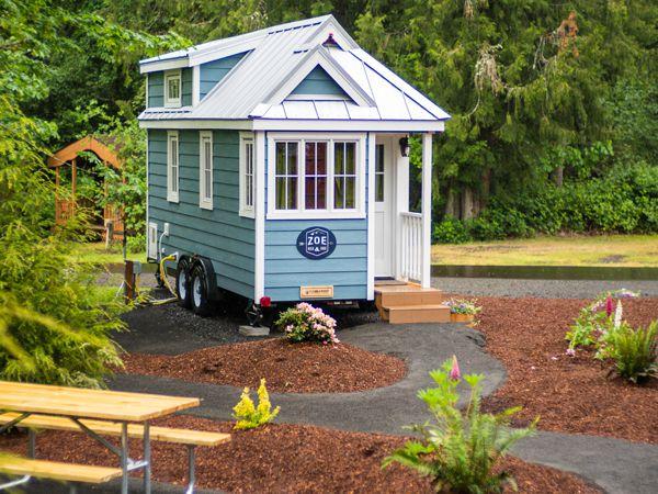 Xung quanh còn được trồng hoa để tạo nên góc thư giãn lý tưởng ngoài trời cho ngôi nhà.