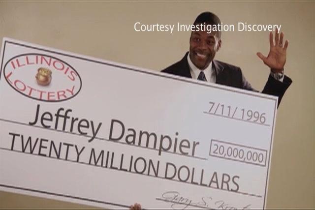 Jerrey Dampier bên cạnh tấm séc trúng số trị giá 20 triệu USD của mình.