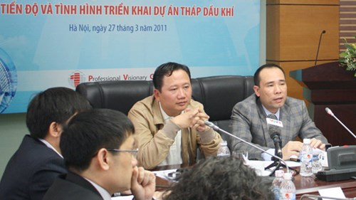 Ông Trịnh Xuân Thanh (trái) và ông Vũ Đức Thuận thời còn đương chức PVC.