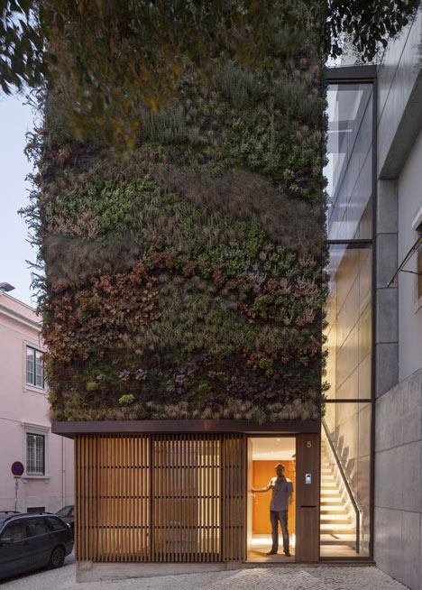 Có tới 4.500 cây xanh và hoa thuộc 25 chủng loại khác nhau được trồng khéo léo trên những bức tường bao quanh ngôi nhà.