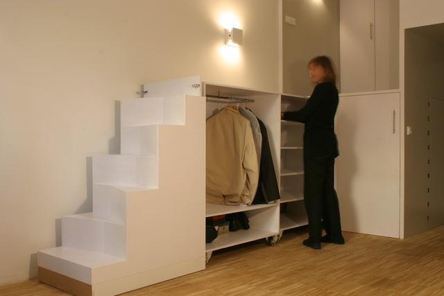 Ngay 2 bên lối vào nhà là khu vệ sinh và tủ đựng đồ, phòng ngủ được đẩy lên gác xép, cầu thang đi lên cũng được tận dụng làm các ngăn kéo đựng đồ và tủ quần áo.