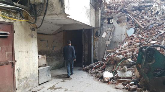 Một phần công trình đang được thi công tháo dỡ phần còn lại một số hộ dân vẫn chưa di dời