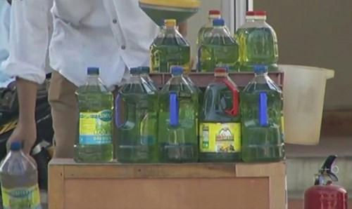 Xăng được đóng chai bán như bán bia hơi tại huyện Vân Đồn.