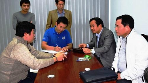 Đại tá Lê Quốc Hùng (áo trắng), Giám đốc Công an tỉnh TT-Huế hỏi cung Nguyễn Hoàng Tâm (bìa trái)