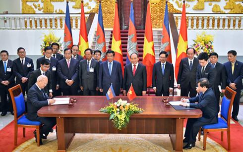 Hai Thủ tướng chứng kiến lễ ký kết một số văn kiện hợp tác giữa hai nước