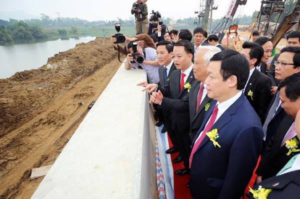 Phó Thủ tướng Vương Đình Huệ cùng các đại biểu dự lễ khởi công đường Hồ Núi Cốc. Ảnh: VGP/Thành Chung