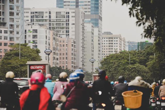 Mật độ cư dân tăng lên nhanh chóng không chỉ tác động lên hạ tầng giao thông mà còn ảnh hưởng trực tiếp đến hạ tầng điện nước, giáo dục, y tế của toàn khu vực.