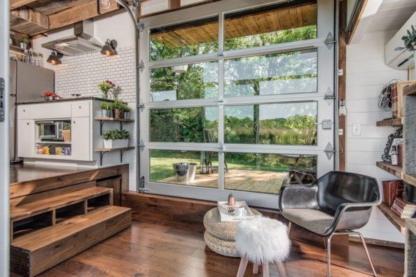Khu vực trước nhà được gia chủ thiết kế hệ thống cửa trượt bằng kính trong suốt giúp căn nhà vừa ấm áp vào mùa đông và mát mẻ vào mùa hè.