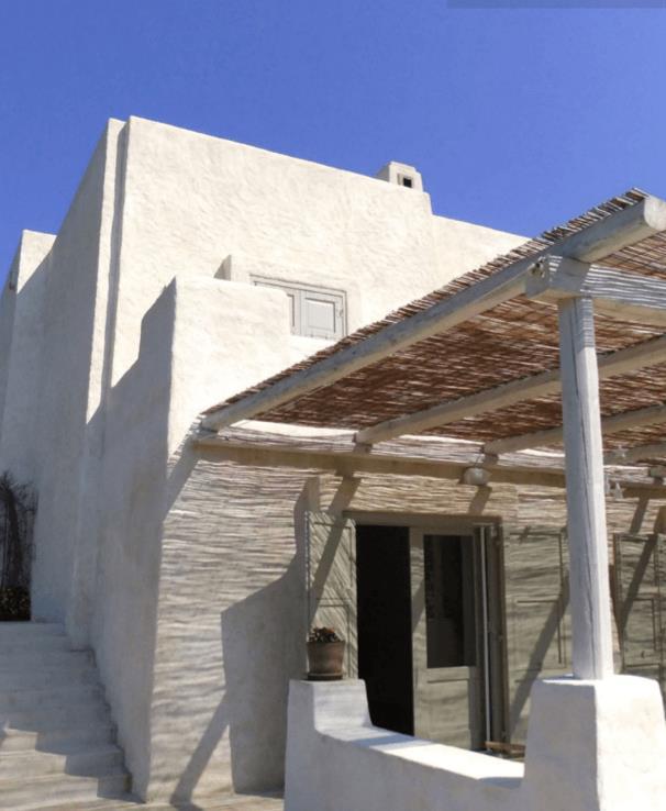 Lối vào nhà độc đáo với mái hiên làm bằng gỗ và tre – những vật liệu sẵn có, dễ tìm lại không tốn nhiều chi phí.