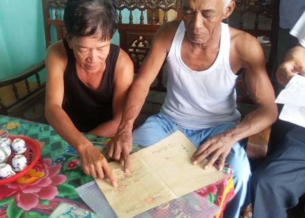 Ngư dân thôn Thanh Mỹ rất bức xúc vì sổ đỏ bị tẩy sửa diện tích.