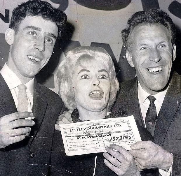 Cô Vivian Nicholson vui sướng khi bất ngờ trúng số.