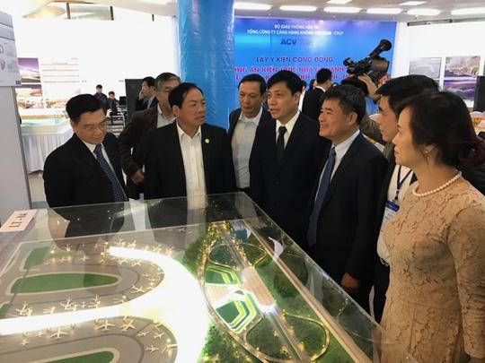 Các đại biểu xem phương án kiến trúc nhà ga sân bay quốc tế Long Thành được trưng bày tại triển lãm - Ảnh: T.Bình