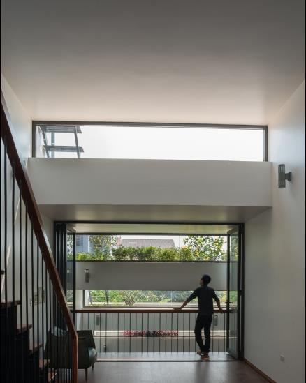 Việc phủ xanh mái nhà không chỉ giúp ngôi nhà luôn xanh mát quanh năm mà còn có chức năng lọc không khí, giảm tiếng ồn rất tốt cho sức khỏe các thành viên trong gia đình.