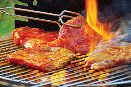 Không chỉ tỏa ra loại khói độc hại, bản thân các thức phẩm chiên, xào, nướng... đều có chứa một số chất không tốt cho sức khỏe. (Ảnh minh họa).
