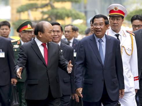 Hai Thủ tướng trò chuyện sau lễ đón