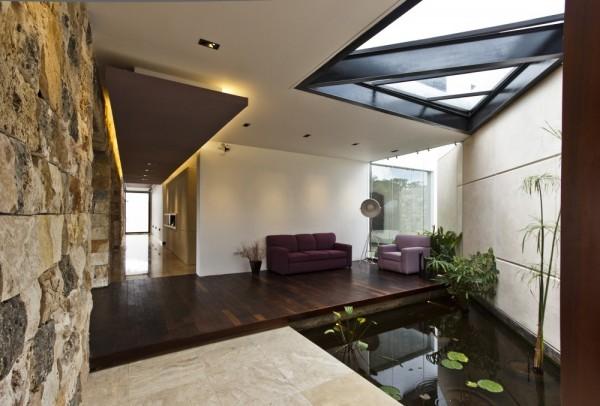 Rất nhiều gia chủ thiết kế hồ nước nhỏ trong nhà bởi phù hợp với bản mệnh, với mong muốn mang lại vượng khí cho ngôi nhà.