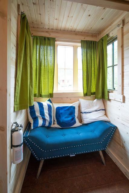 Một khu vực nhỏ xinh, sáng sủa ngay cửa sổ vừa là nơi tiếp khách nhưng cũng là góc thư giãn lý tưởng cho chủ nhà.