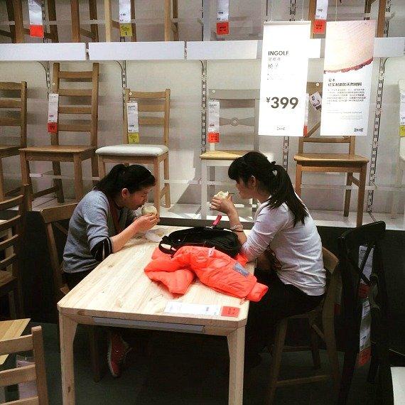 Bàn ghế đẹp, tranh thủ thành bàn ăn trưa của đôi bạn trẻ. Ảnh: Weibo