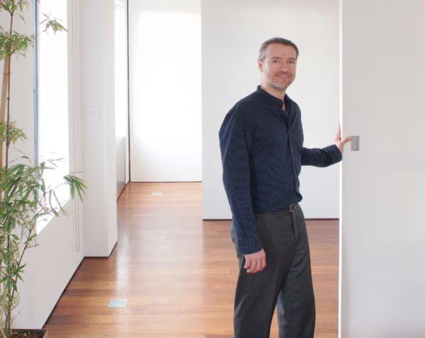 Tuy nhiên, chủ nhà chỉ bằng một động tác nhỏ kéo tấm vách ngăn ra là đã có một phòng ngủ rộng và tràn ngập ánh sáng.