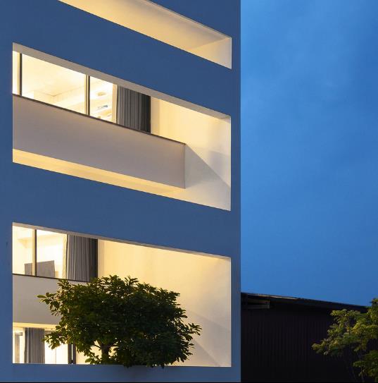Cũng nhờ những bức tường kính mà không gian trong ngôi nhà như được nhân đôi diện tích và không bị chắn tầm nhìn.