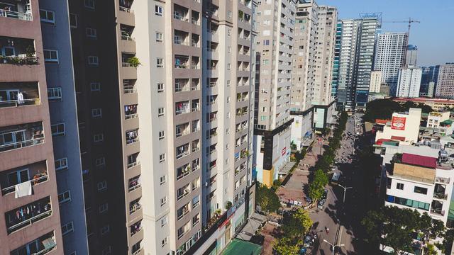 Ở một bên đường, nhiều toà chung cư cao tầng mọc lên san sát. Nhìn từ trên cao, con đường giao thông dường như quá nhỏ.